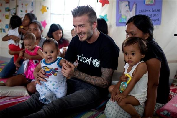 David Beckham, người từng ghé thăm những bà mẹ và em bé sống sót qua bão Haiyan năm 2013, đã nói rằng nếu anh là lẽ ra anh phải được phong tước hiệp sĩ 10 năm trước rồi.