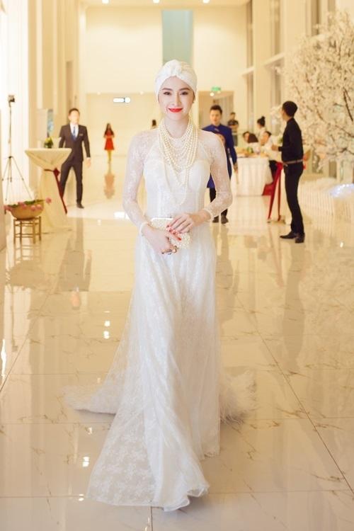 Chiếc áo dài ren trắng của Angela Phương Trinh đã đủ nổi bật và thu hút, nhưng cô nàng lại biến tấu bằng cách phối thêm khăn turban. Hình ảnh nửa Tây nửa ta của nữ diễn viên bị chỉ trích kịch liệt.