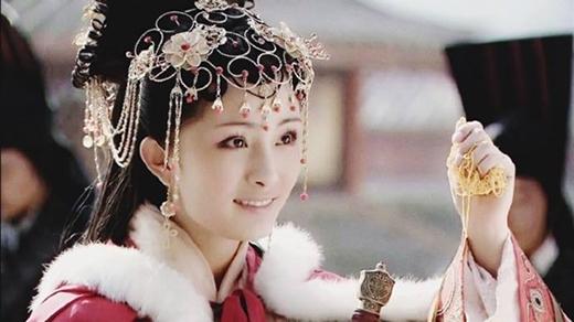 Để có thể lọt vào mắt xanh của đạo diễn nổi tiếng Trần Gia Lâm, cô đã phải trải qua sự cạnh tranh rất lớn từ các đàn chị xinh đẹp tài năng khác như Phạm Băng Băng, Lý Băng Băng, Trần Hảo,...