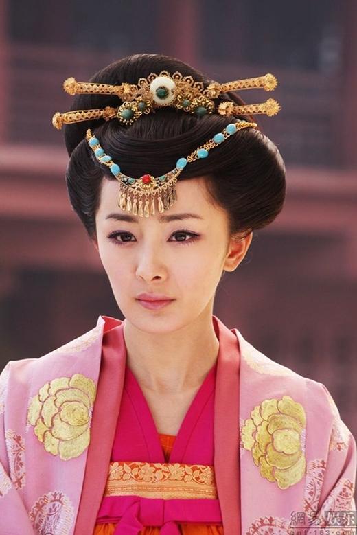 Sau thành công nổi bật của Lạc Tình Xuyên, Dương Mịch khiến nhiều người thích thú trước vai diễn Thanh Loan - một cô gái xinh đẹp nhưng tính tình lạnh lùng và khá độc ác trong Mỹ nhân Thiên Hạ.