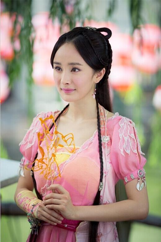 """Nhan sắc trẻ trung cùng tạo hình xinh đẹp của cô khi đi bên cạnh Lý Dịch Phong khiến cả hai """"xứng đôi vừa lứa"""" dù mỹ nhân này hơn tuổi bạn diễn của mình."""