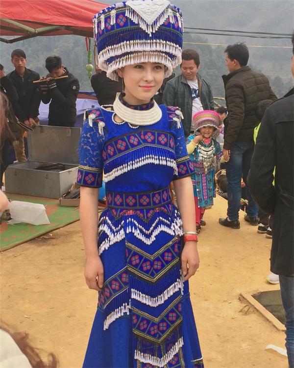 Cô gái dân tộc với nhan sắc nổi bật nhận được nhiều sự chú ý của người xem.