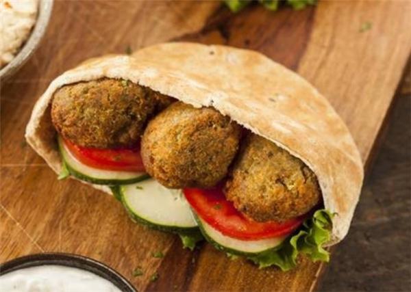Ở Israel, khán giả xem phim được thưởng thức món bánhđặc biệt bao gồmchiếc bánh mì bên ngoài (loại bánh mì này được gọi là Pita) và nhân bên trong là đậu xanh vo thành viên lớn, ăn kèm với dưa chuột và cà chua.