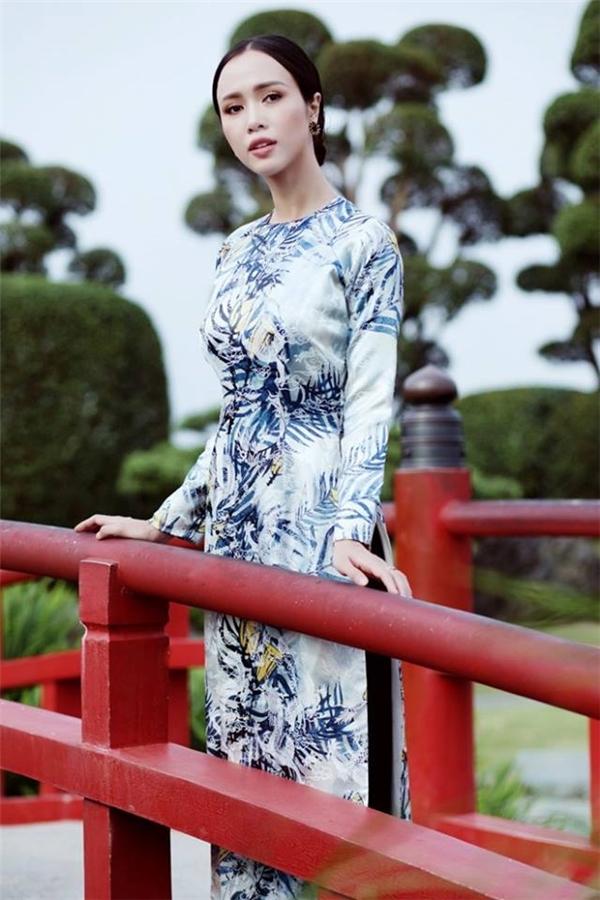 Áo dài cổ tròn cũng là lựa chọn của Á hậu Hoàng My và Vũ Ngọc Anh khi cùng chung tay giữ gìn nét đẹp truyền thống ngày Tết Việt Nam.