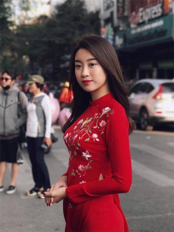Hưởng ứng phong trào Tôi mặc áo dài ngày mùng 1 Tết, Hoa hậu Đỗ Mỹ Linh chọn diện thiết kế màu đỏ tượng trưng cho sự may mắn.
