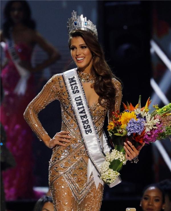 Tờ này còn cho biết thêm do tổ chức Hoa hậu Pháp quy định người chiến thắng không được xuất hiện công khai bên cạnh bạn trai nên chuyện tình cảm của Iris Mittenaere vẫn còn là dấu chấm hỏi lớn trong lòng khán giả.