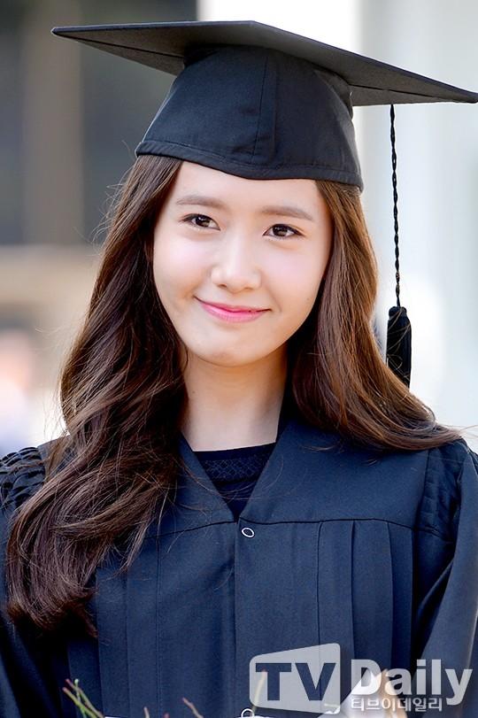 Năm 2014, cô cùng Seo Hyuntốt nghiệp trường đại học Donggukvà được trao giải thưởng thành tựu trọn đời.