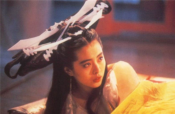 """Trong Thiến Nữ U Hồn (Thiện Nữ U Hồn)1987, mái tóc của mĩ nhân Vương Tổ Hiền chẳng khác nào mang cả bộ dao muỗng nĩa nhựa lên đầu, cũng may là có sắc đẹp của nữ diễn viên """"vớt vát"""" lại khoảntạo hình."""