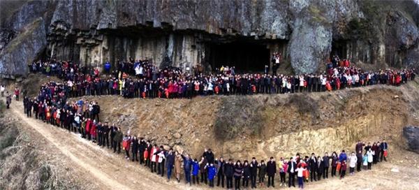 Bức ảnh chụp 500 thành viên trong một gia tộc tại Trung Quốc.