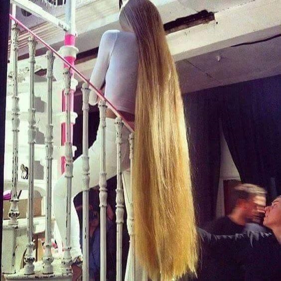 Công chúa tóc mây phiên bản... đầu cầu thang