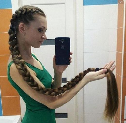 Những cô nàng nuôi tóc dài thay vì chụp hình khoe mặt, khoe thân thì sẽ chỉ khoe tóc là tóc mà thôi.