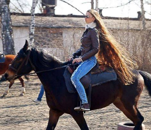 """Phải chăng đây là công chúa tóc rối phiên bản thế kỷ 21 """"cưỡi ngựa với mái tóc dài tung bay trong gió""""?"""