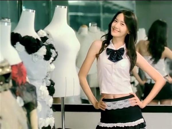 Yoona nhí nhảnh dễ thương và gương mặt lúc nào cũng tươi như hoa đầy lém lỉnh thuở mới ra mắt cùng SNSD.