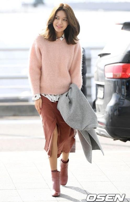 Soo Young xuất hiện thanh lịch trong bộ trang phục kín cổng cao tường, màu sắc trầm nhã và mái tóc bob cá tính, trang điểm nhẹ nhàng.