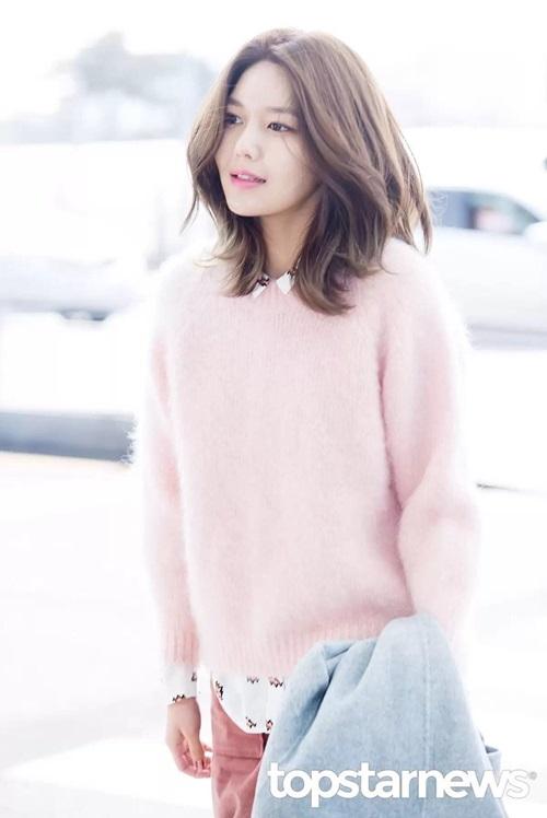 Chiếc áo len màu hồng nhạt là điểm nhấn cho bộ trang phục. Màu hồng nhạt kết hợp cùng màu son nhẹ nhàng khiến Soo Young trở nên thanh thoát hơn bao giờ hết.