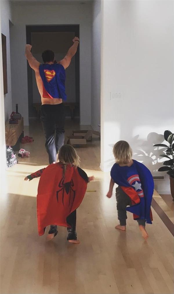 Hình ảnh siêu dễ thương của Chris Hemsworth và các con.
