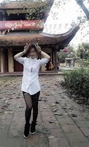 Không chỉ diện mốtgiấu quần, cô gái này còn thoải mái tạo dáng chụp ảnh tại khuôn viên chùa.