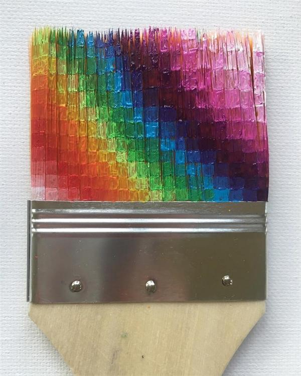 Nghệ thuật sắp xếp màu sắc ấn tượng trên chiếc chổi sơn.