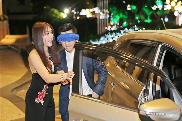 Để tạo sự bất ngờ, Phi Thanh Vân bịt mắt chở Bảo Duy đến tiệc sinh nhật. - Tin sao Viet - Tin tuc sao Viet - Scandal sao Viet - Tin tuc cua Sao - Tin cua Sao