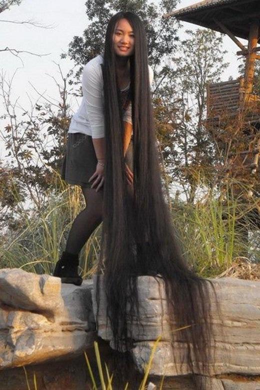 """Nuôi tóc dài là để đi tham quan phong cảnh thì có dịp chụp những bộ ảnh """"thác tóc lung linh"""" thế này đây."""