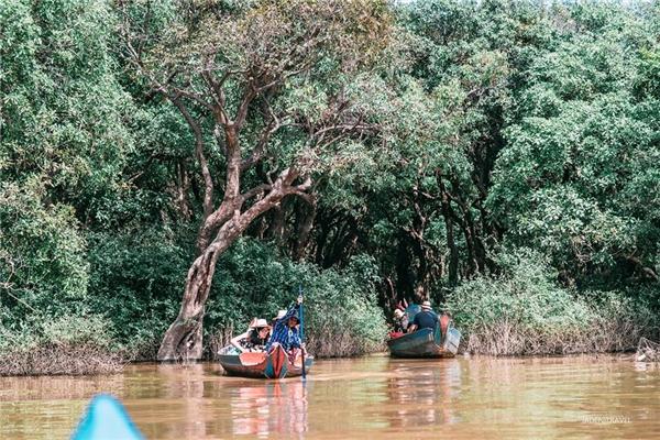 Đi thuyền quanh biển hồ Tonle Sap để khám phá cuộc sống sông nước của dân địa phương.