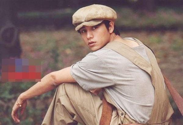 Trần Khôn ở tuổi 24 vô cùng trẻ trung khi hóa thân thànhanh chàng Trần Tử Khôn trongNhư sương như gió lại như mưa.