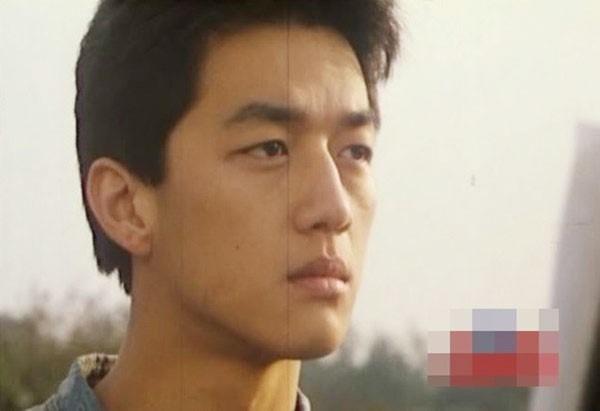 Năm 21 tuổi, Lý Á Bằng vô cùng trẻ trung trong vai Đinh Khải phimBằng chứng tuổi thanh xuân.