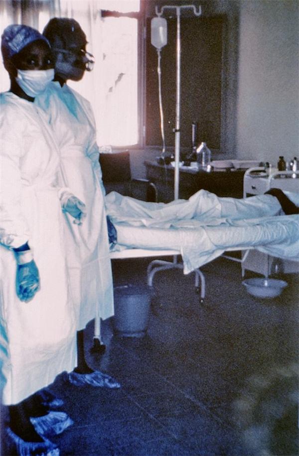 Nữ y tá Mayinga N'Seka (người nằm trên giường) cùng hai đồng nghiệp của mình chỉ vài ngày trước khi bà chết vì virus Ebola tại Zaïre năm 1976, đợt bùng phát đầu tiên được ghi nhận trong lịch sử của loại virus chết chóc này.