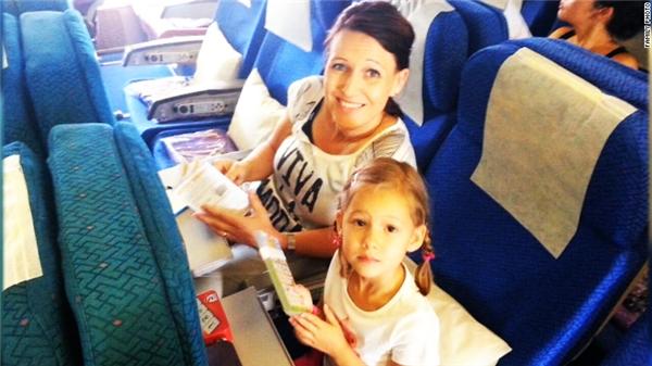Người đàn ông có tên Dave Hally chụp tấm ảnh cuối cùng của vợ và con gái 4 tuổi trước khi chuyến bay định mệnh MH17 cất cánh rồi bị bắn rơi xuống Ukraine không lâu sau đó.