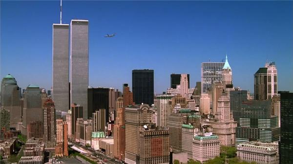Chỉ vài giây sau khi tấm ảnh này được chụp, hai tòa Tháp Đôi của Trung tâm Thương mại Thế giới tan thành tro bụi.