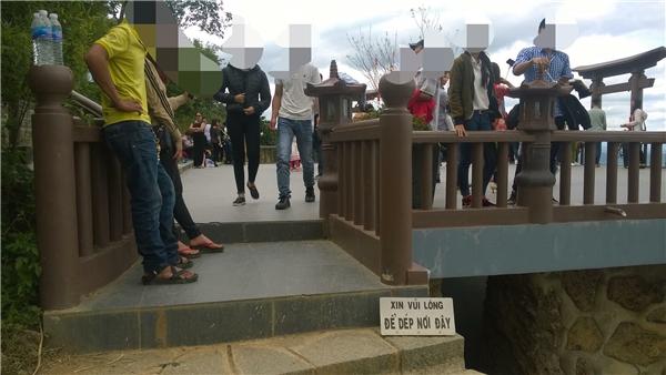 Mặc cho tấm biển báo được đặt trước lối ra vào, người dân vẫn thản nhiên đi giày dép vào chùa.