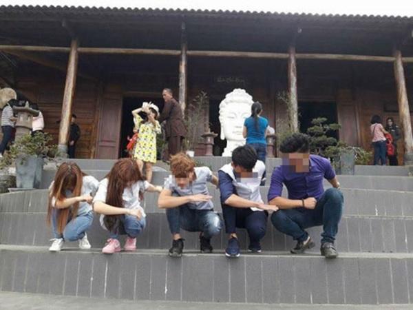 Vốn khu vực trước tượng Phật này không được đi lại nhưng các bạn trẻ vẫn chụp hình, ngồi tràn lan khắp bậc thang.