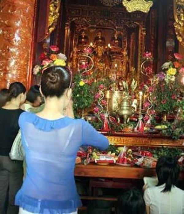 """Mặc váy, quần ngắn, tất lưới, áo xuyên thấu vào chùa vẫn xuất hiện """"nhan nhản""""."""