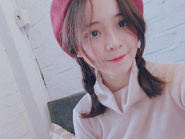 Phi Linhsở hữu đôi mắt to tròn đen láy, làn da trắng hồng rạng rỡ, xinh xắn như nữ sinh Hàn Quốc.