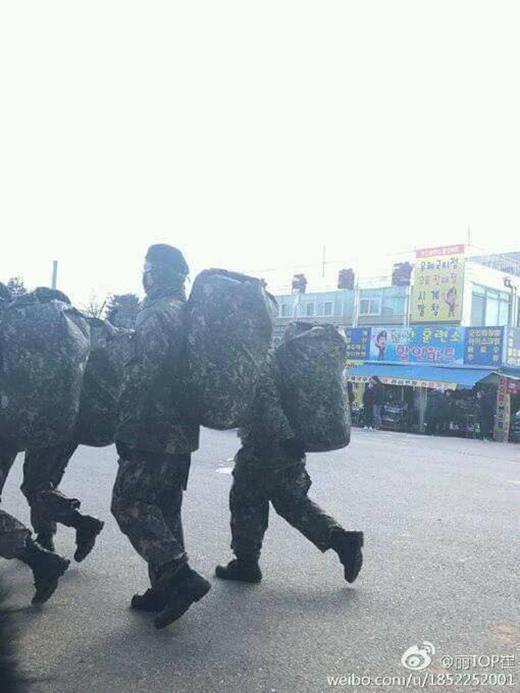 Phấn khích những bức ảnh đầu tiên cực ngầu của T.O.P khi mặc quân phục