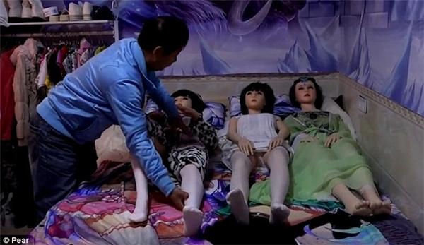Bị vợ bỏ, người đàn ông tìm lại hạnh phúc nhờ sống với 7 con búp bê