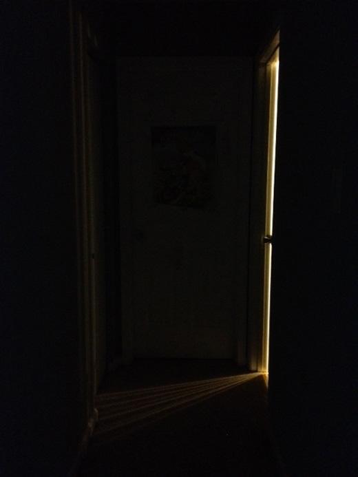 Cửa và ngăn tủ cứ mở rồi đóng: Bạn sẽ không nhìn thấy cảnh tượng này diễn ra ngay trước mắt đâu, mà thông thường bạn sẽ nghe tiếng cửa mở ra và đóng lại. Thỉnh thoảng bạn quay trở lại một căn phòng rồi nhận ra một cánh cửa nào đó bỗng nhiên mở ra hay đóng lại từ lúc nào chứ không giữ nguyên tình trạng giống như trước đó vài phút. Đôi khi bàn ghế trong nhà bếp có vẻ như còn bị di chuyển chút ít nữa.