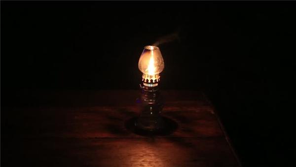 Đèn bật sáng rồi tắt: Không chỉ có đèn mà còn có cả TV, radio hay bất kỳ các thiết bị điện hoặc những món đồ phát sáng nào trong nhà. Bạn vừa mới tắt chúng đi đấy thôi, nhưng chỉ cần quay lưng đi, chúng bỗng nhiên vụt sáng một cách khó hiểu.