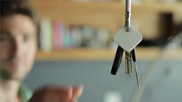 Đồ vật biến mất rồi xuất hiện trở lại: Bạn thường có thói quen để một món đồ nào đó, chẳng hạn chìa khóa nhà, vào một vị trí cố định trong nhà. Một ngày kia bạn không nhìn thấy nó đâu cả, dù có tìm khắp các xó xỉnh cũng không thấy. Rồi một thời gian sau, có thể là sau vài giờ, vài ngày, hoặc vài tuần, nó bỗng xuất hiện trở lại ngay chính tại nơi đó. Giống như thể có ai đó mượn tạm nó một thời gian rồi đem trả lại vậy.