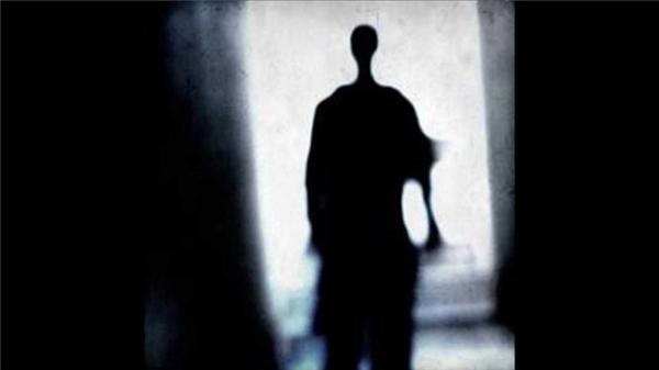 Những cái bóng đen không thể giải thích: Có những lúc bạn bất chợt trông thấy một dáng hình hoặc một bóng đen nào đó lướt qua khóe mắt, nhưng khi nhìn lại thì bạn lại không trông thấy ai cả. Đôi khi nó có hình dáng con người, đôi khi nó chỉ là một cái bóng đen nào đó không xác định được hình thù.