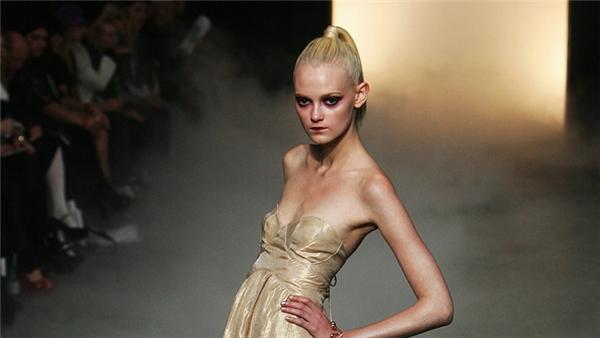 Không chỉ bông gòn, nhiều người mẫu còn sử dụng các biện pháp ép cân vô cùng khắc nghiệt khác như nhịn ăn hay uống thuốc nhuận tràng.