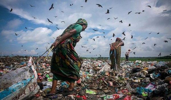 Bạn tiêu xài hoang phí và bỏ đi những thứ vẫn có thể dùng được. Còn họ phải kiếm từng đồng nhờ những phế thải nhặt từ bãi rác bốc mùi. (Ảnh: Internet)