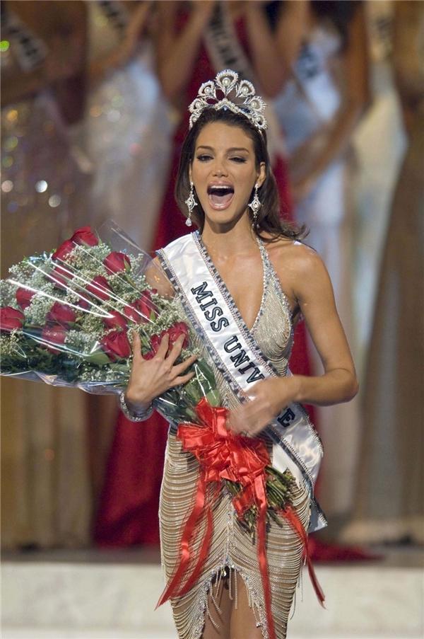 Zuleyka Rivera cũng chính là chủ nhân của chiếc vương miện Hoa hậu Hoàn vũ 2006. Trong phần trang phục dạ hội, nhan sắc này cũng gây ấn tượng với chiếc váy được làm từ kim loại giúp cô phô diễn trọn vẹn hình thể.