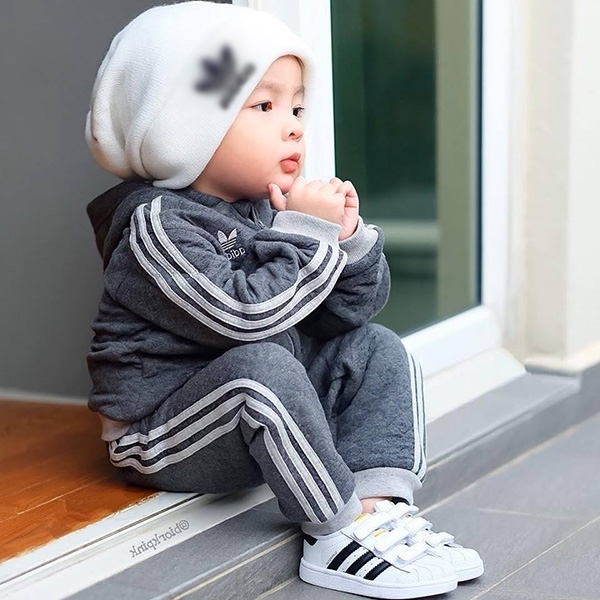 Ngồi một chỗ tay chống cằm, mẫu nhí 3 tuổi vẫn đánh cắp trái tim CĐM