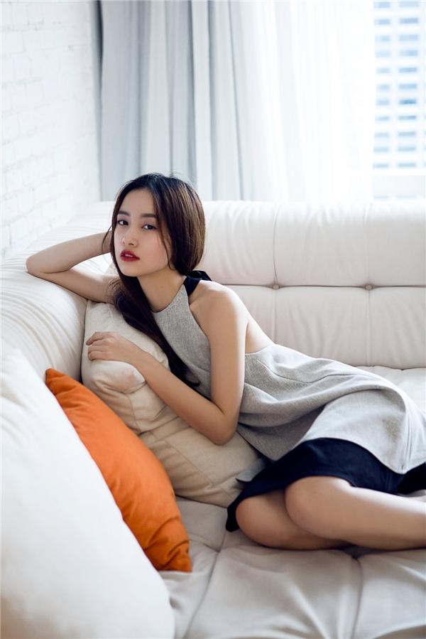 """Hot girl trà sữa ngày nào nay cũng được khán giả đón nhận với vai trò diễn viên. Jun Vũ bắt đầu vào cuộc chạy đua với phong cách gợi cảm, chứng tỏ sức hút không hề """"thua chị kém em"""". Sự ngọt ngào, thanh lịch vốn có kết hợp với việc đổi mới hình ảnh giúp cô nàng được khán giả yêu thích."""