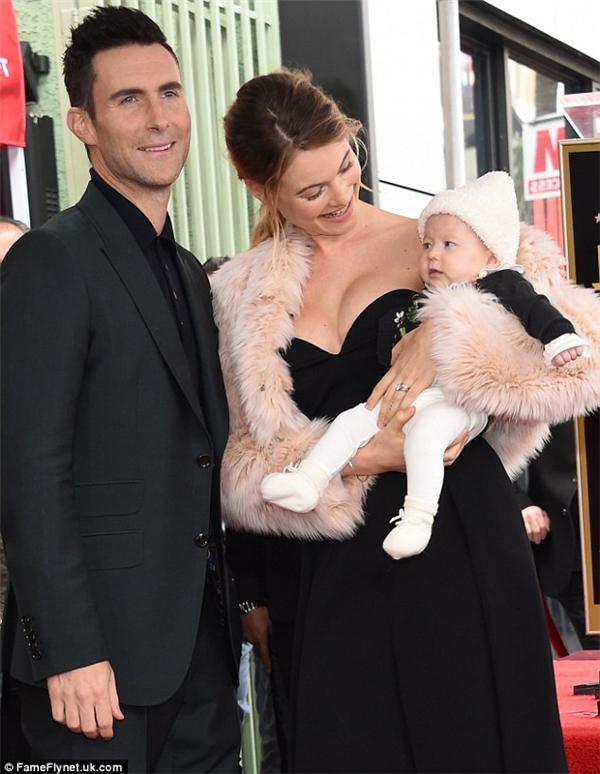 """Sự xuất hiện của cả gia đình """"bố tài mẹ sắc con xinh"""" khiến giới truyền thông và cả khán giả không thể rời mắt."""
