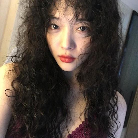 Choi Sulli - người đã vén màn cho kiểu tóc thảm hoạ một thời này quay trở lại thành kiểu tóc cá tính, độc lạ ít nàng nào dám thử.