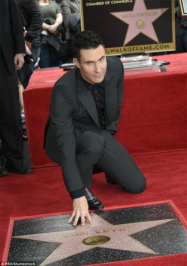 Adam tạo dáng với ngôi sao của anh trên Đại lộ Danh vọng.
