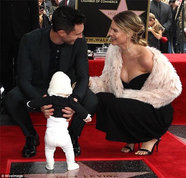 Cô bé được bố ẵm lên và chạm chân vào ngôi sao danh vọng anh vừa vinh hạnh được tặng.