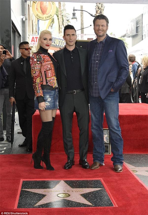 Lẽ dĩ nhiên là Gwen và Blake cũng không thể bỏ lỡ dịp chụp hình kỷ niệm cùng Adam rồi.
